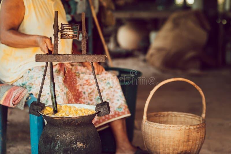 Cocons jaunes de ébullition de ver à soie par la chaudière pour faire le fil en soie photo stock