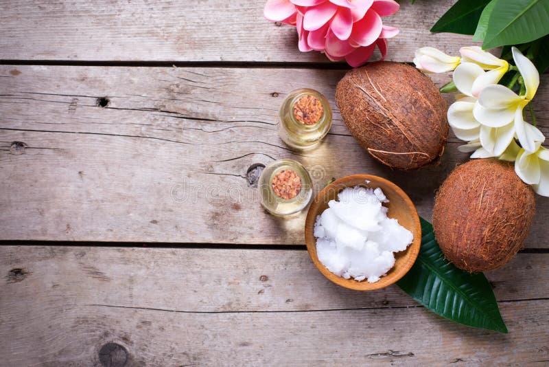 Cocos e óleo de coco imagem de stock royalty free