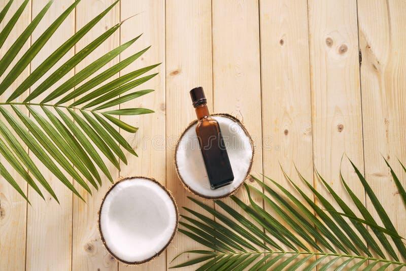 Cocos e óleo de coco no fundo de madeira fotos de stock royalty free