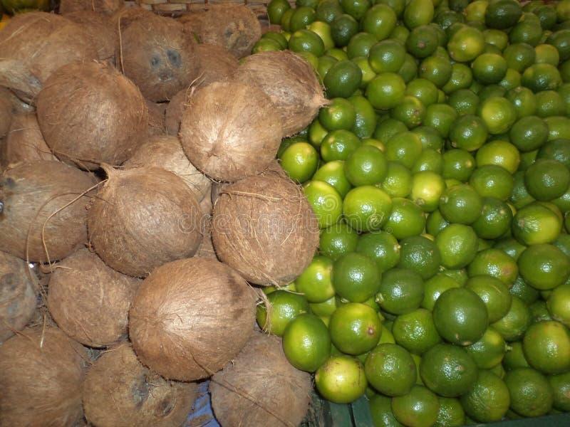 Cocos e limões, na tenda do mercado foto de stock royalty free