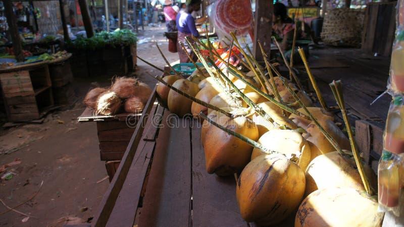 Cocos frescos en un mercado burmese local fotos de archivo libres de regalías