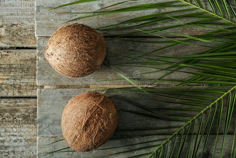 Cocos maduros no fundo de madeira imagem de stock royalty free