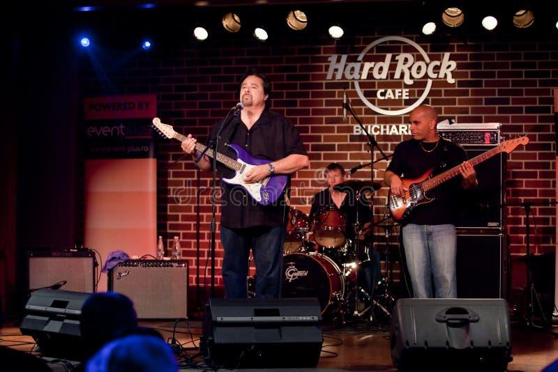 Cocos Montoya, das bei Hard Rock Cafe in Bukarest singt stockfotografie