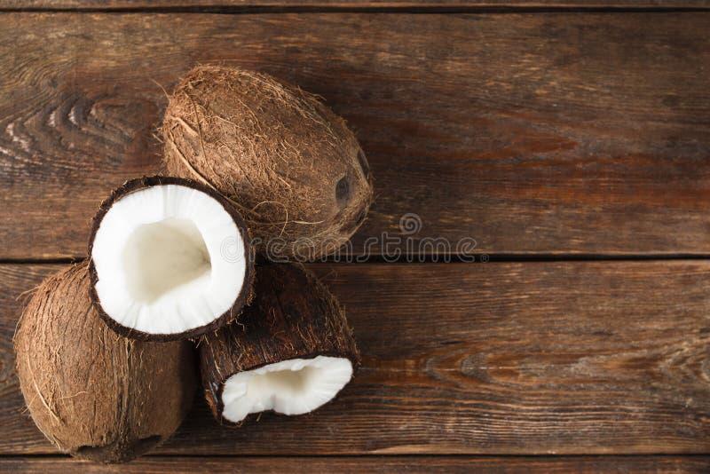 Cocos no fundo de madeira com espaço livre fotografia de stock royalty free
