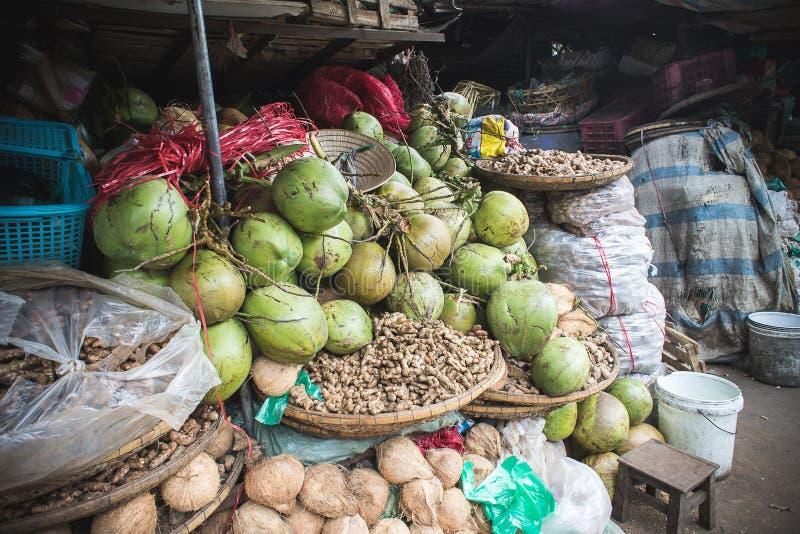 Cocos verdes para a venda em Dong Ba Market na matiz, Vietname fotografia de stock royalty free
