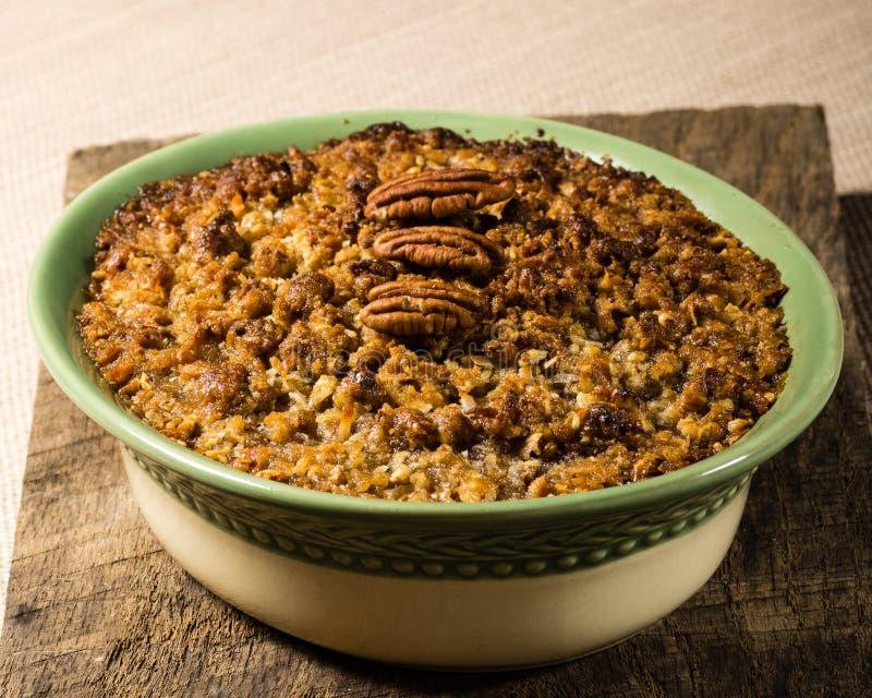Cocotte en terre cuite au four de patate douce avec l'écrimage de noix de pécan
