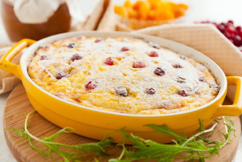 Cocotte en terre de fromage avec des canneberges et des raisins secs image stock