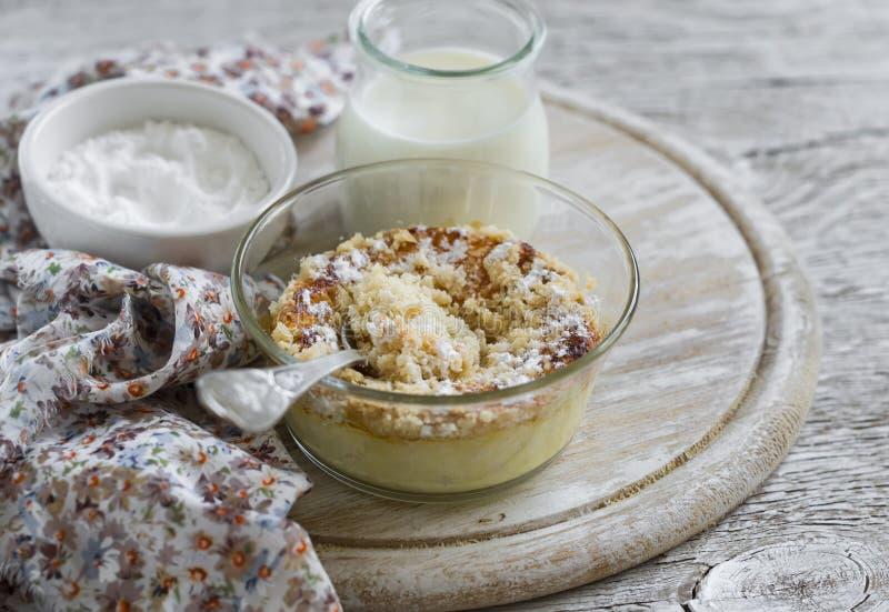 Cocotte en terre de fromage blanc dans un bol en verre images libres de droits