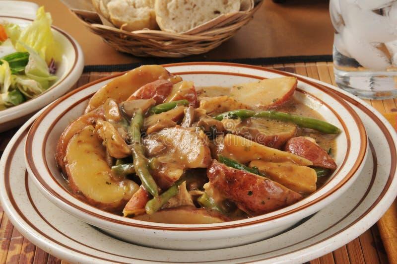 Cocotte en terre de pomme de terre de poulet images stock