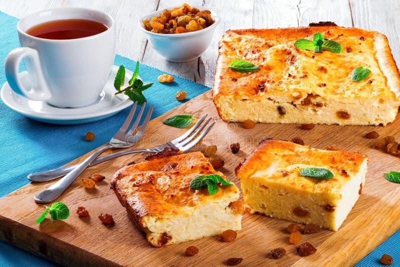 Cocotte en terre douce cuite au four de fromage blanc avec la menthe décorée par raisins secs photographie stock libre de droits