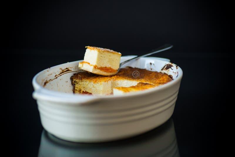 Cocotte en terre douce de fromage blanc avec le remplissage de potiron photo libre de droits