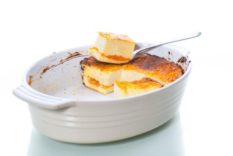 Cocotte en terre douce de fromage blanc avec le remplissage de potiron image libre de droits