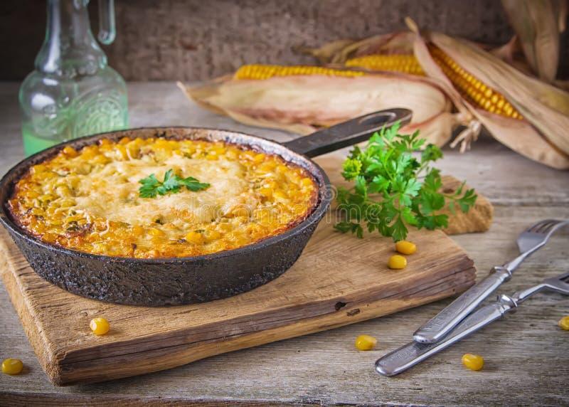Cocotte en terre traditionnelle de maïs avec du fromage Au-dessous du maïs - la préparation de persil est fromage rectifié, o images libres de droits