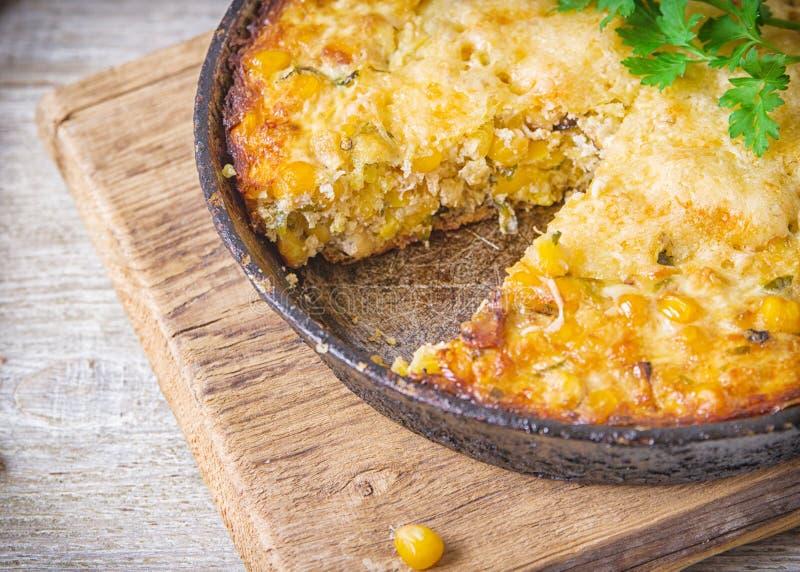 Cocotte en terre traditionnelle de maïs avec du fromage Au-dessous du maïs - la préparation de persil est fromage rectifié, o photo libre de droits