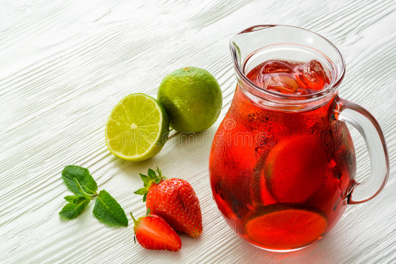 Coctail Αναζωογονώντας θερινό ποτό με τη φράουλα στοκ εικόνες με δικαίωμα ελεύθερης χρήσης