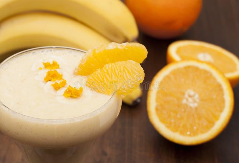 Coctail av bananen med apelsinen arkivbild