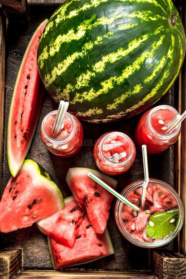 Coctail av nya vattenmelon i flaskor arkivbilder
