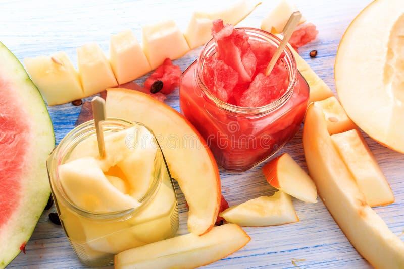 Coctail av vattenmelon och melon Nytt vattenmelon- och melonsnitt in i stycken arkivfoto