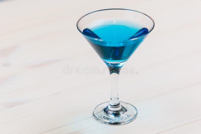 Coctail bleu de lagune sur le macro de conseil blanc photo libre de droits
