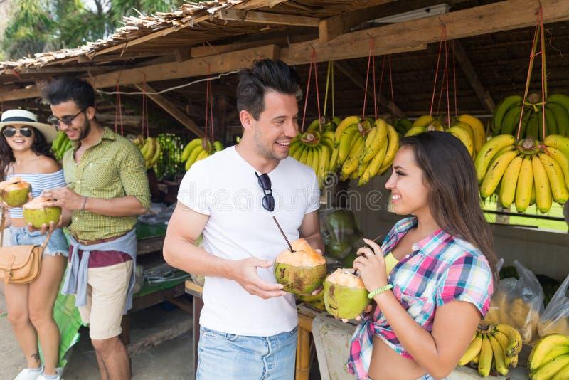 Coctail för pardrinkkokosnöt på traditionell fruktmarknad för gata arkivbild