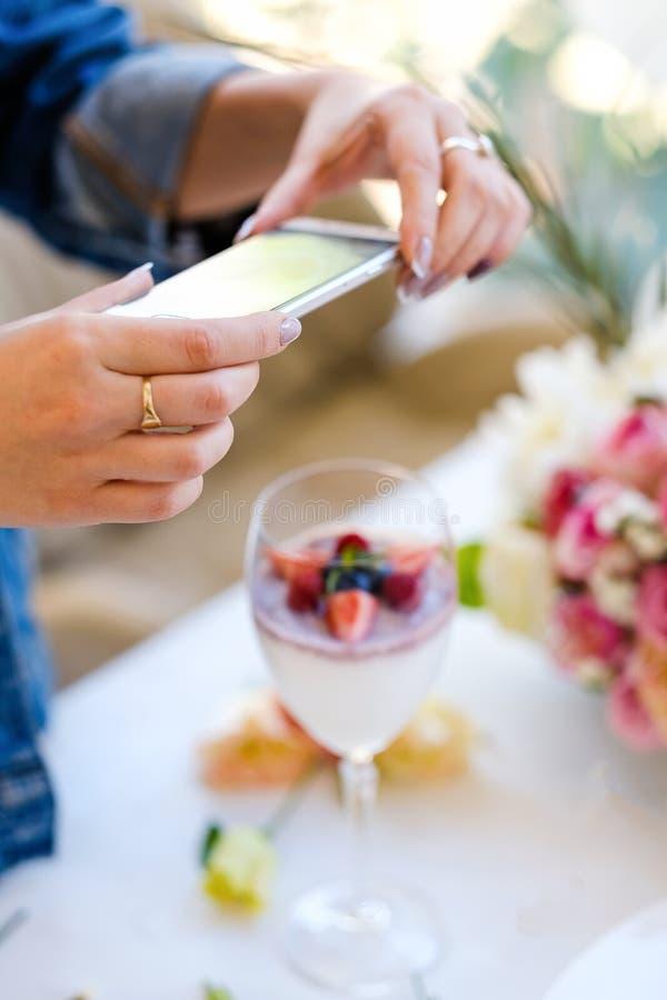 Coctail för parti för foto för kvinnabloggersmartphone royaltyfri bild