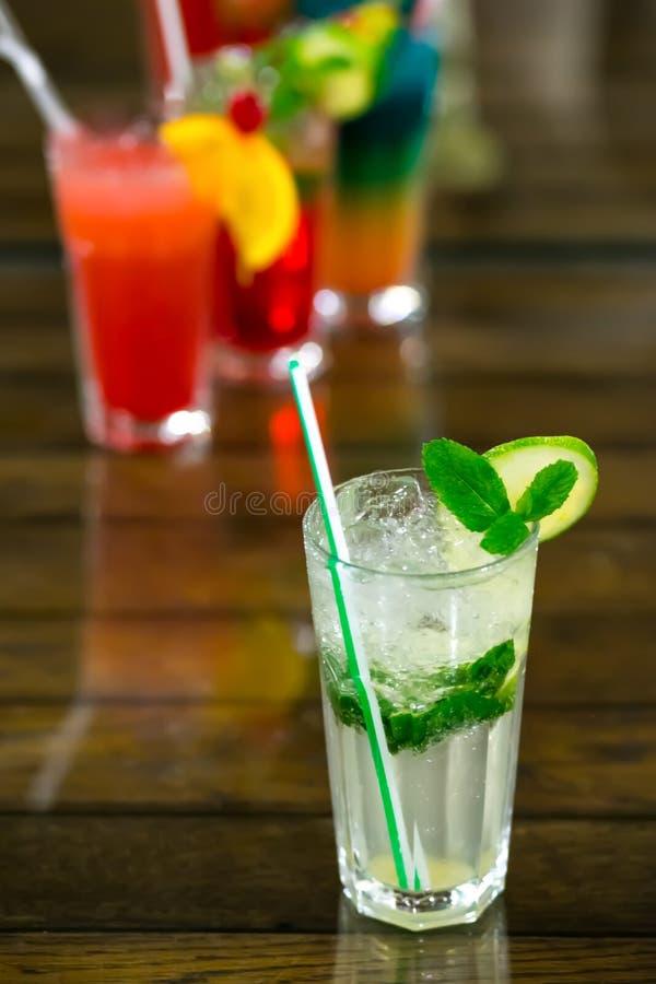 Coctail för två ny mojitos på träbakgrund Mojitos med mintkaramellsidor, limefrukt och is arkivfoton
