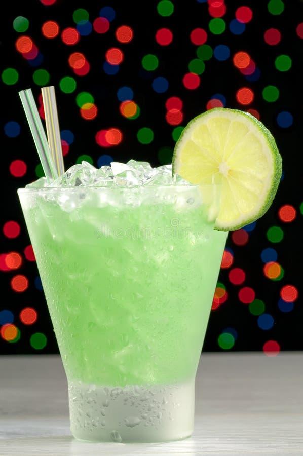 Coctail i ett frostat exponeringsglas med is och limefrukt arkivfoton