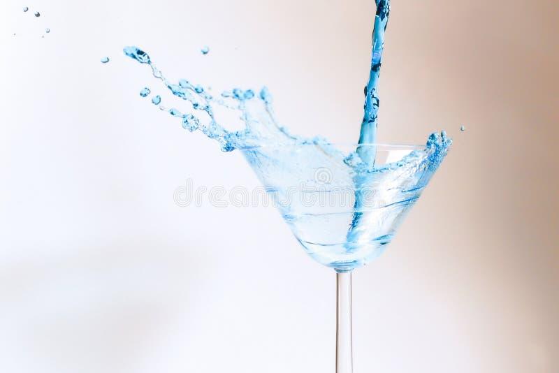 Coctail med blå flytande i exponeringsglas royaltyfria foton
