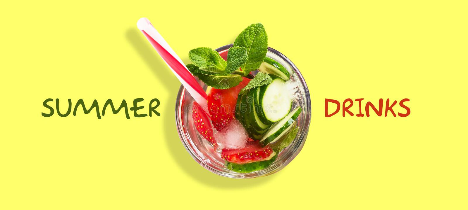Coctail med gurkan, jordgubben, mintkaramellen och is p? en gr?n bakgrund Top besk?dar kopiera avst?nd placera text Sommardrinkar royaltyfri illustrationer