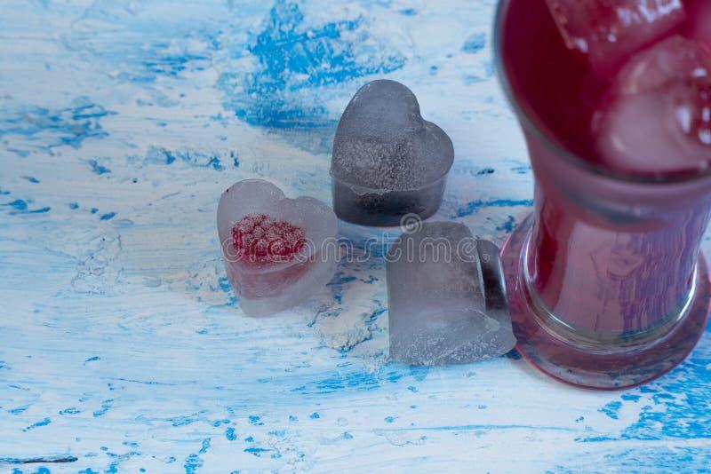 Coctail med is Kall uppfriskande drink arkivfoton