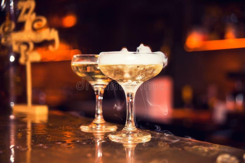 Coctail med rök i nattklubben royaltyfri fotografi