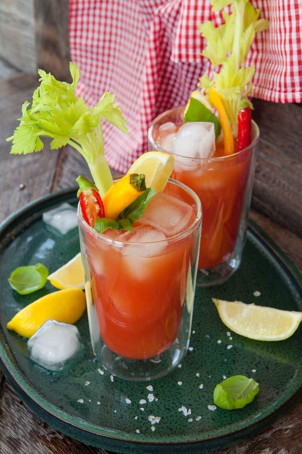 Coctail med tomatfruktsaft arkivbild