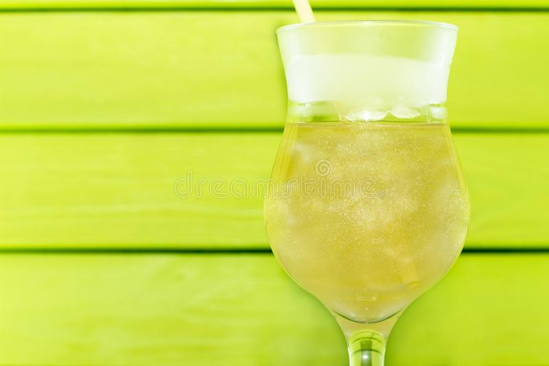 Coctail med vätskegasformigt grundämne Sommar som kyler coctailen i ett exponeringsglasexponeringsglas med ett sugrör v?tskeett g royaltyfria bilder