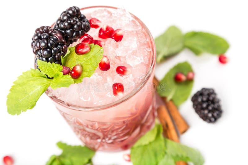 Coctail met ijs, berrys en munt royalty-vrije stock foto's