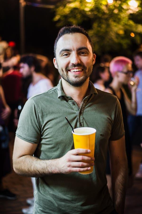 Coctail potable ou bière d'homme bel à la soirée de nuit de parc de rue photos libres de droits