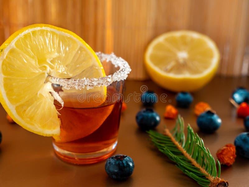 Coctail schoss im Glas mit Zitronen- und Zuckerkante in den goldenen Herbstfarben lizenzfreies stockfoto