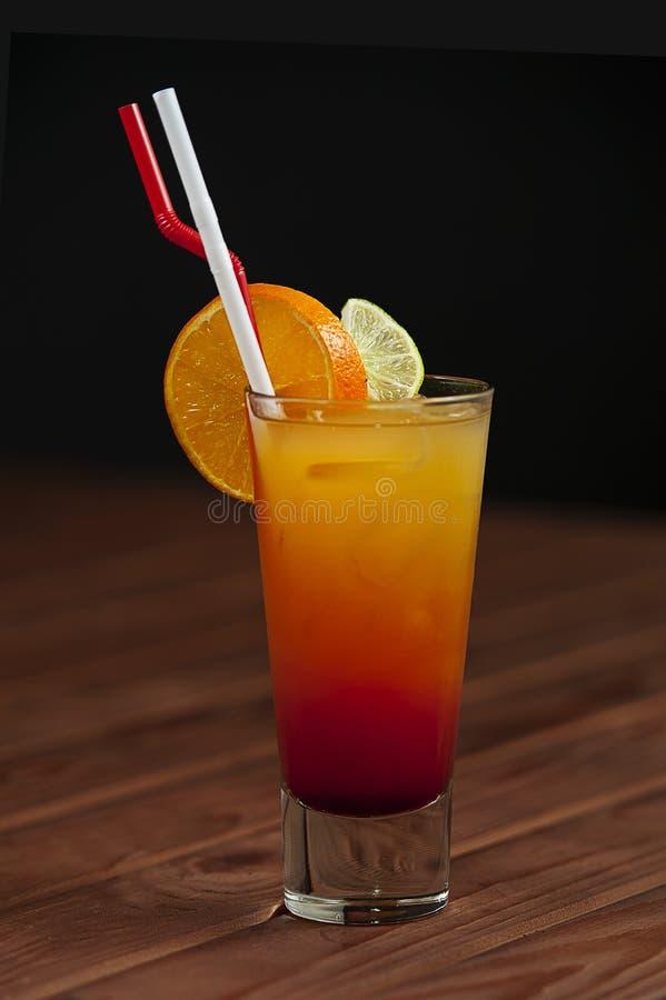 Download Coctail - Tequilasoluppgång Fotografering för Bildbyråer - Bild av rött, limefrukt: 27283997