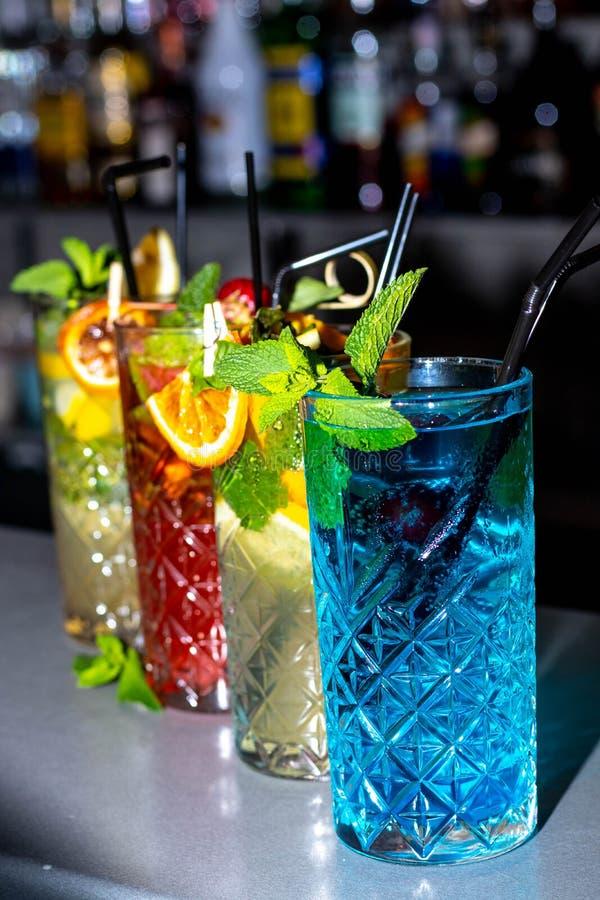 Coctailar alkoholist och icke-alkoholist Olik färger och sammansättning royaltyfria foton