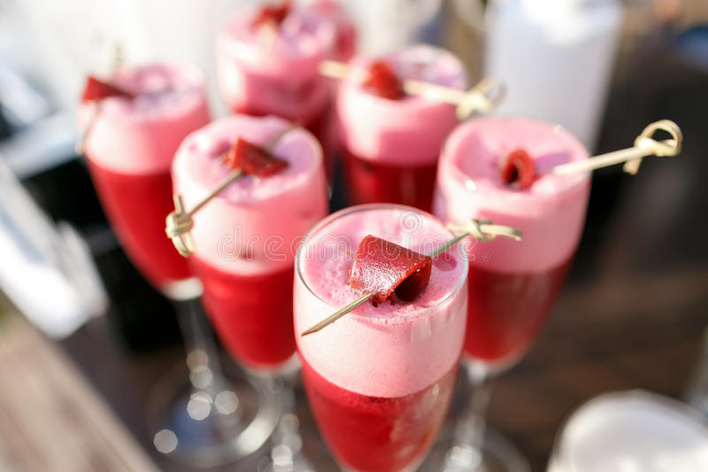 Coctaildrinkar och frukt för jordgubbe alkoholiserade arkivbild