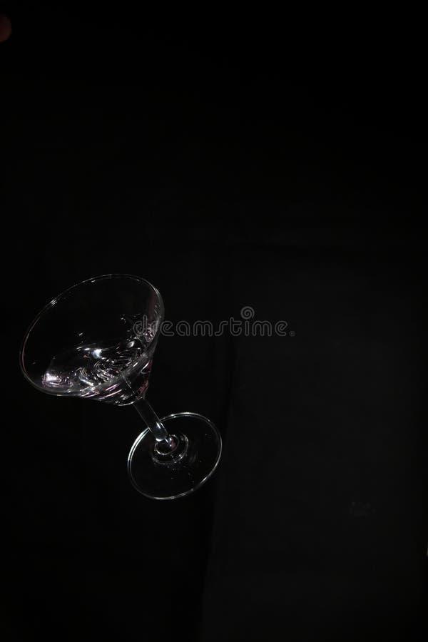 Coctailexponeringsglas och flytande, i att tappa royaltyfri fotografi