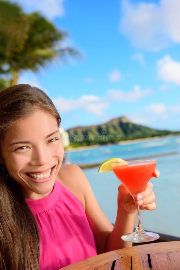 Coctailkvinna som dricker alkoholdrinken på strandstången arkivbild
