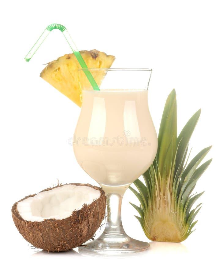 CoctailPina colada Alkoholiserade coctailen för Pina Colada mjölkar fruktsaft den förnyande sommar med kokosnöten och ananas f?r  royaltyfri fotografi
