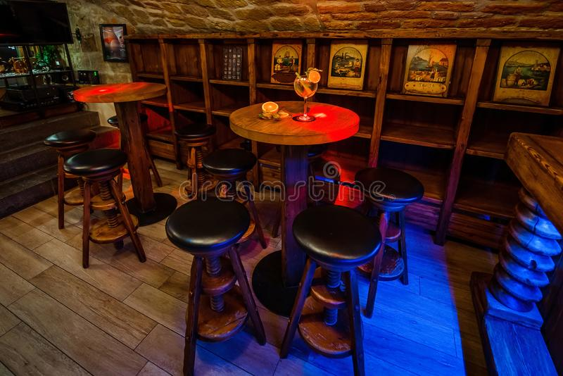 Coctailstång i den gamla källaren royaltyfri fotografi