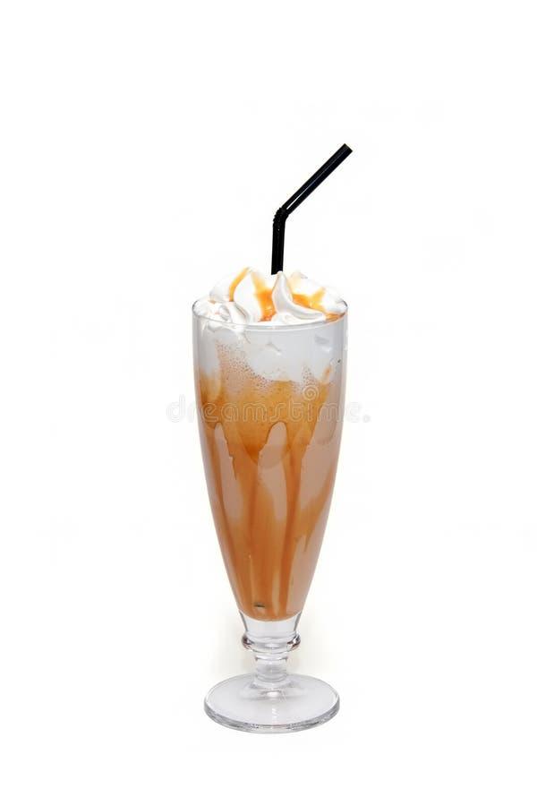 Coctel de Coffe con caramelo en la taza de cristal fotografía de archivo
