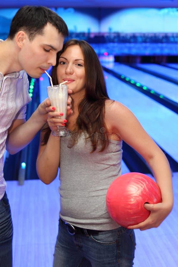 Coctel de la bebida de los pares en el bowling foto de archivo