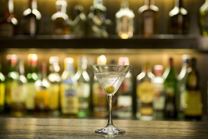 Coctel de la bebida de Martini en una barra fotografía de archivo
