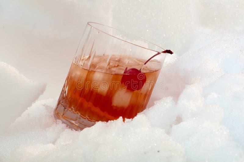 Coctel del whisky en la nieve fotos de archivo