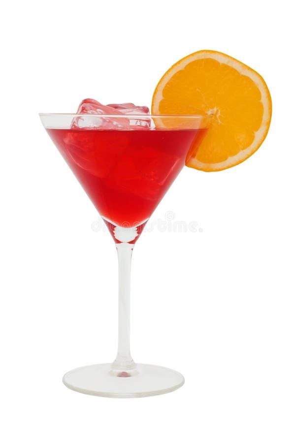 Coctel rojo con una rebanada de cubos de la naranja y de hielo imagenes de archivo