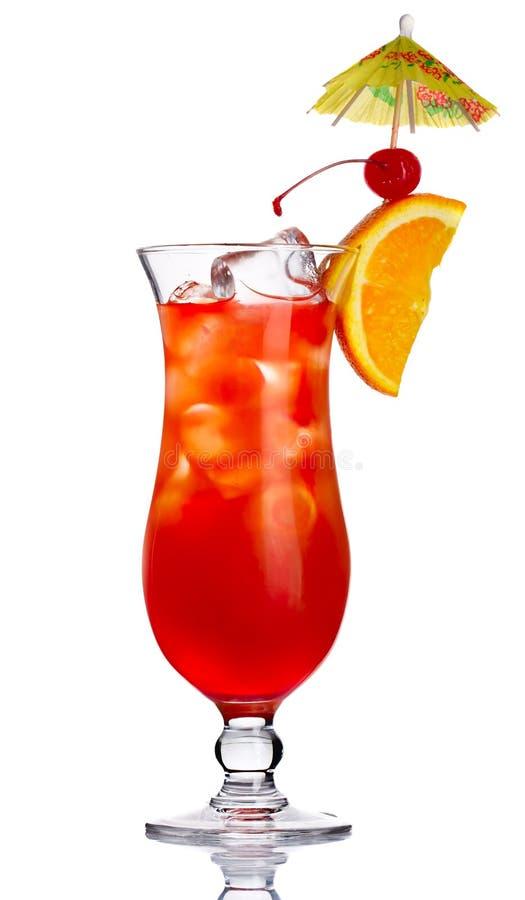 Coctel rojo del alcohol adentro con la rebanada anaranjada aislada imágenes de archivo libres de regalías