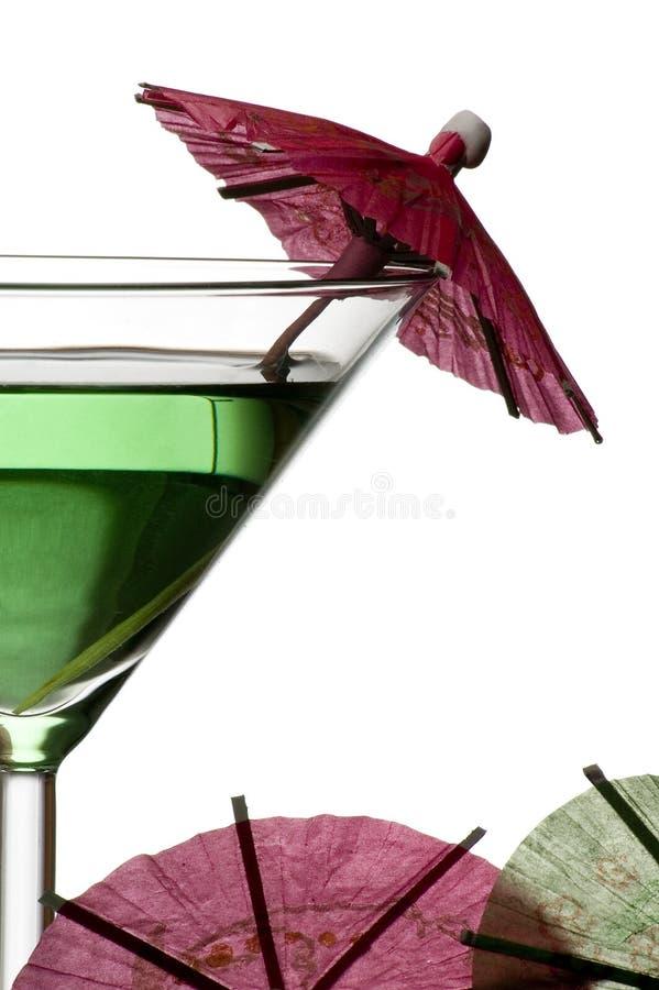 Coctel verde con el paraguas fotografía de archivo